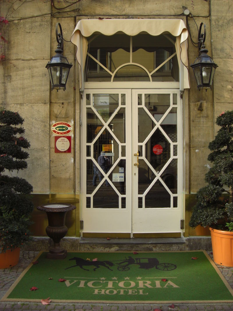 Hotel Victoria, the entrance in via Nino Costa, 4